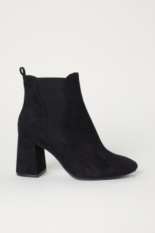 Ankle boots with elastic gores