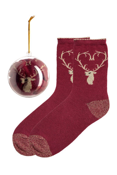 Socks in a Christmas bauble - Burgundy/Reindeer - Ladies | H&M IE 1