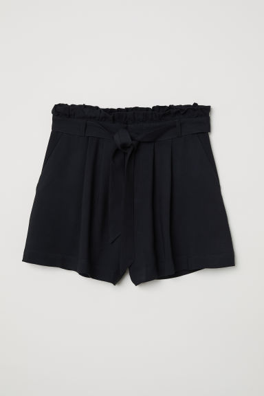 Shorts with a tie belt Model