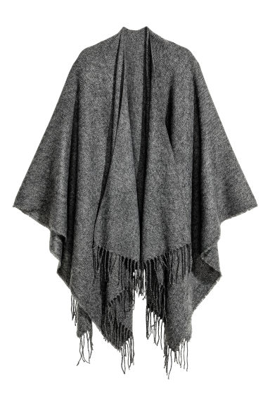 Woven poncho with fringes Model