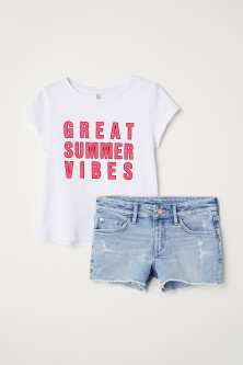 T-shirt et short en jean