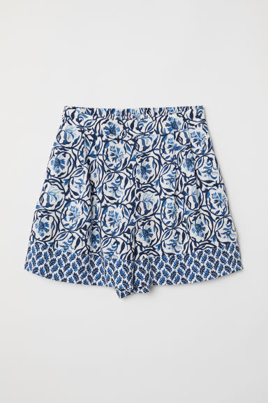 Patterned shorts Model