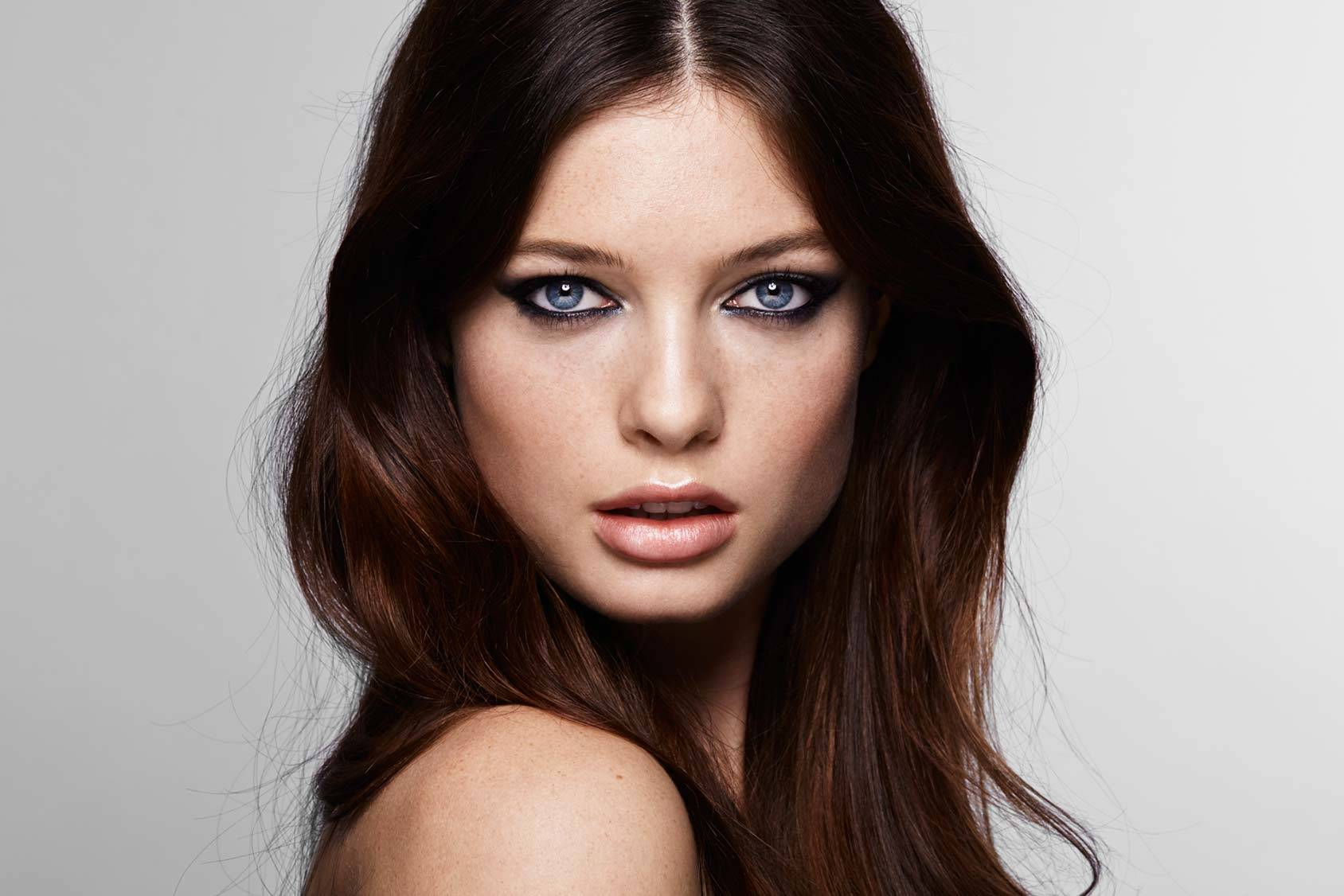 7 simple steps for a modern smoky eye.