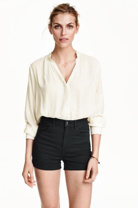 shorts femme d couvrez les derni res tendances en ligne ou en magasin h m. Black Bedroom Furniture Sets. Home Design Ideas