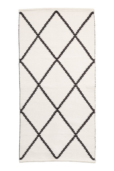 tapis en coton tiss jacquard blanc noir motif home all h m fr. Black Bedroom Furniture Sets. Home Design Ideas