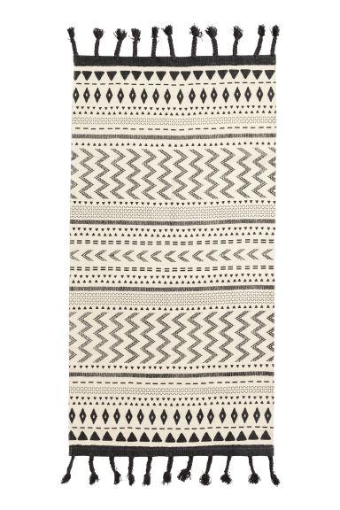 tapis en coton avec pompons cru noir home all h m fr. Black Bedroom Furniture Sets. Home Design Ideas