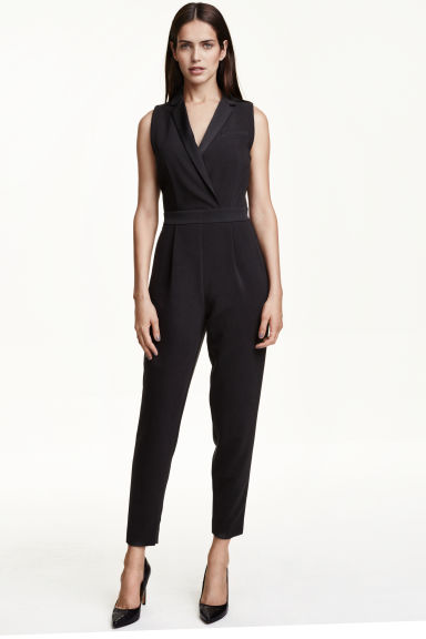 Long jersey jumpsuit in a loose-fitting style with narrow shoulder straps, a V-neck, seam at the waist, side pockets and tapered legs.