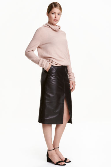 Leather pencil skirt Model