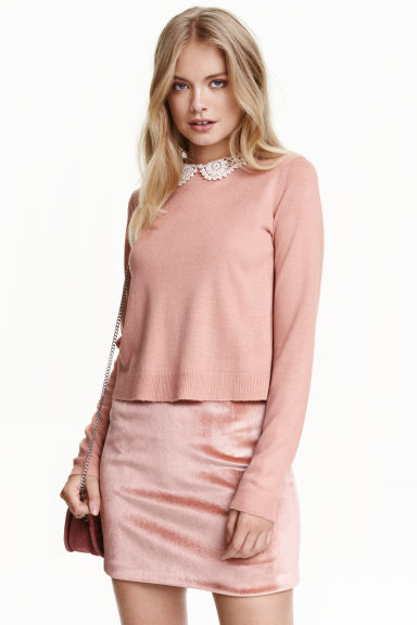 Jumper with a lace collar Model