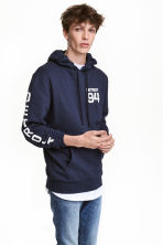 Hooded top with a text motif - Dark blue/Detroit - Men | H&M CN 1