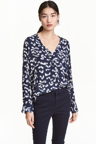V-neck blouse - Dark blue/Patterned - Ladies | H&M