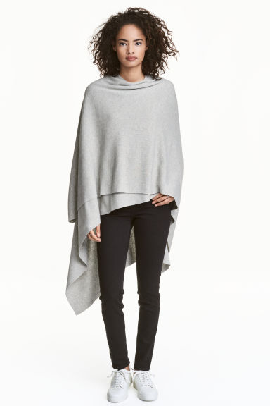 Fine-knit poncho Model