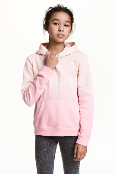 Hooded top with a text motif Model