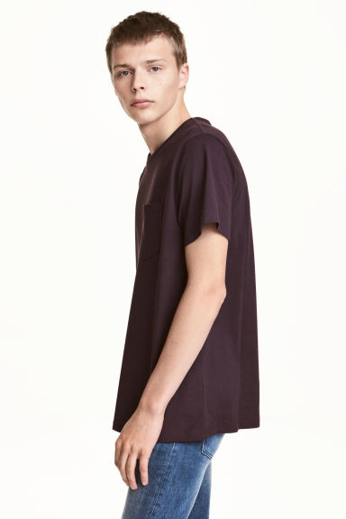 T-shirt with a chest pocket - Dark plum - Men | H&M CN 1