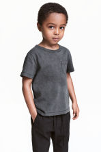 T-Shirt aus geflammtem Jersey - Nearly Black - KINDER | H&M CH 1