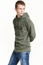 Hooded top with a print motif - Khaki green - Men | H&M 1