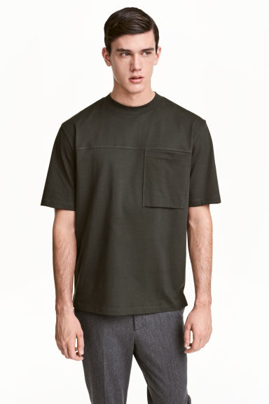 T-shirt with a chest pocket - Dark khaki green - Men | H&M 1
