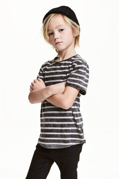 T-shirt à l'aspect délavé - Nearly black/rayé - ENFANT | H&M FR 1
