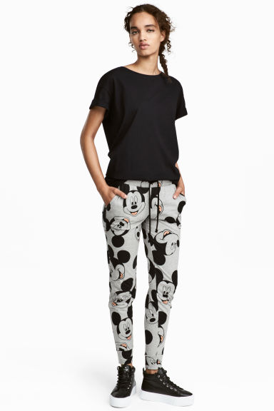 Patterned jersey joggers Model