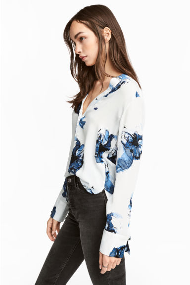 V-neck blouse - White/Blue floral -  | H&M CN 1
