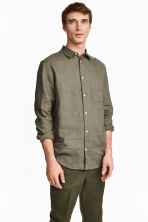 Linen shirt Relaxed fit - Khaki green - Men | H&M 1