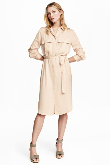 Satin shirt dress Model
