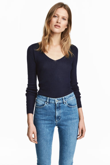 Silk-blend V-neck jumper - Dark blue - Ladies | H&M 1
