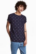 T-shirt with a chest pocket - Dark blue/Patterned - Men | H&M CN 1