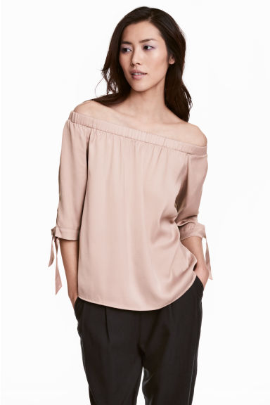 Off-Shoulder-Bluse aus Satin Modell