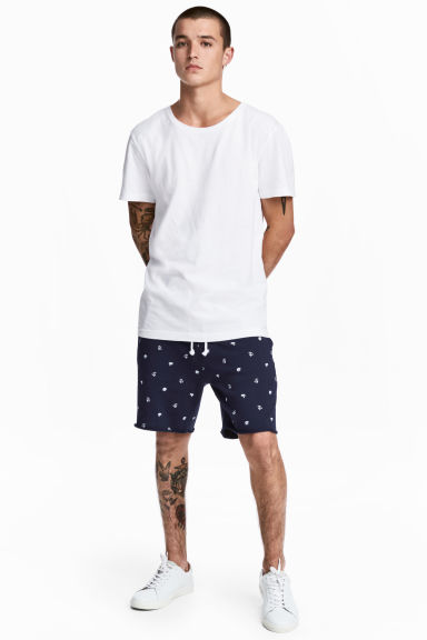 Patterned sweatshirt shorts Model