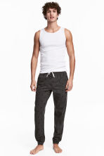 Pyjama bottoms - Dark grey/Stars - Men | H&M 1
