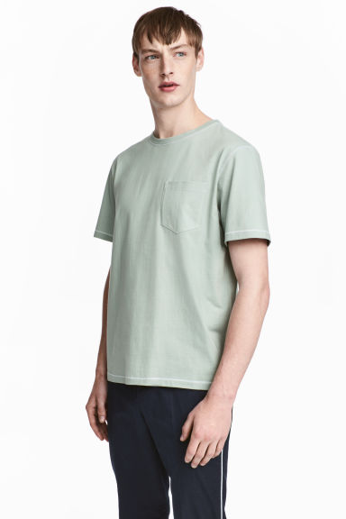 T-shirt with a chest pocket - Dusky green - Men | H&M