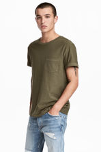 T-shirt with a chest pocket - Khaki green - Men | H&M CN 1