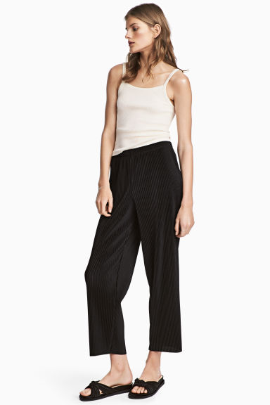 Pleated trousers Model