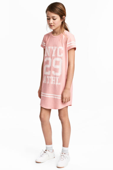 Printed T-shirt dress Model