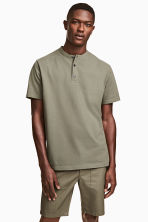鈕扣T恤 - Khaki green - Men | H&M 1