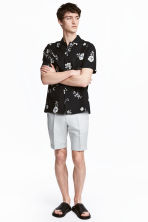 Linen-blend chino shorts - Light grey - Men | H&M 1