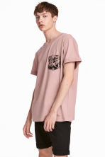 T-shirt with a chest pocket - Dusky pink - Men | H&M 1