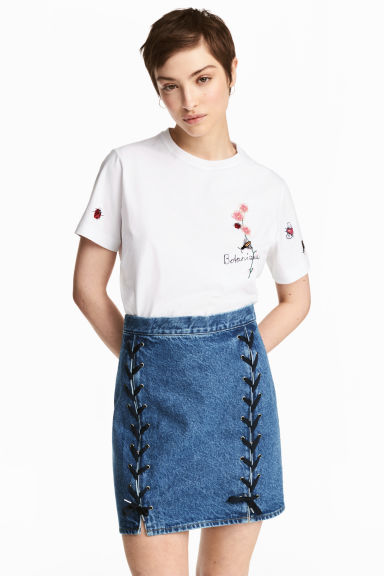 Denim skirt with lacing Model