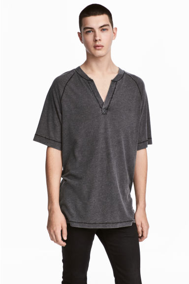T-shirt met V-hals - Zwart washed out - HEREN | H&M BE