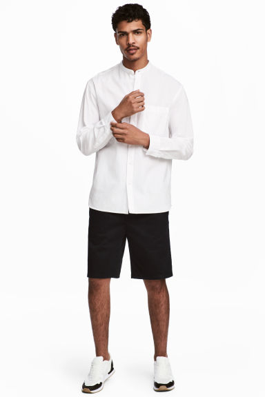 Knee-length twill shorts Model