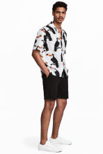 Chino shorts - Black - Men | H&M CN 1
