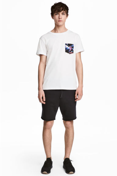 Knee-length sweatshirt shorts Model