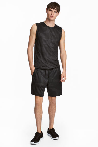 Knee-length sports shorts Model