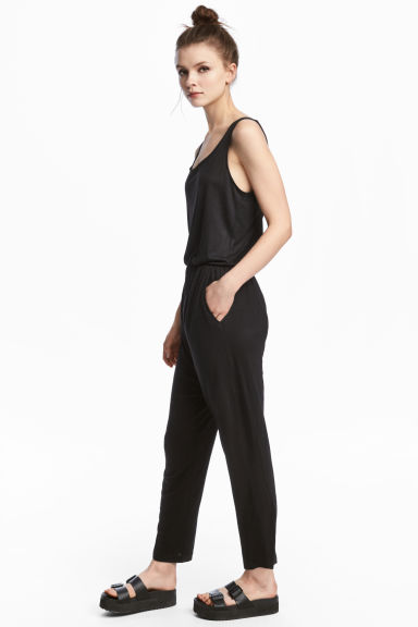 Sleeveless jumpsuit Model
