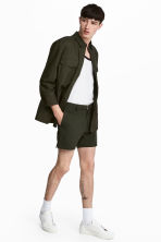 Shorts with fabric belt - Dark khaki green - Men | H&M 1