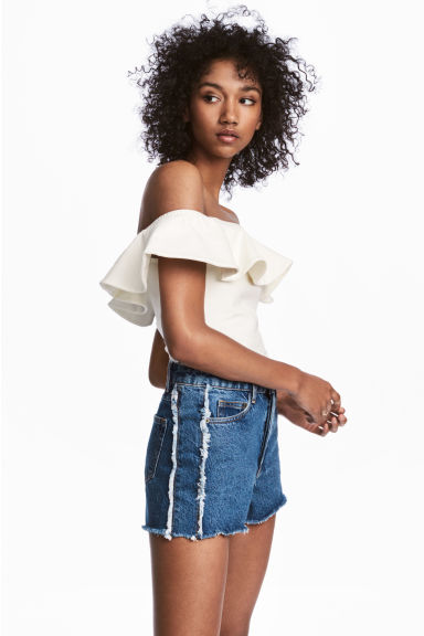 Off-the-shoulder flounced top Model