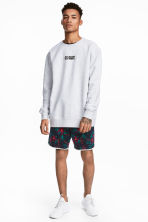 Patterned sweatshirt shorts - Dark blue/Floral - Men | H&M 1