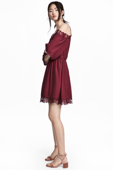Crêpe off-the-shoulder dress - Burgundy - Ladies | H&M CN 1