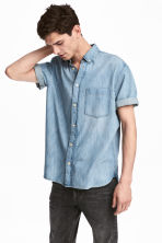 Short-sleeved denim shirt - Light denim blue - Men | H&M 1